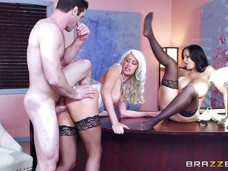 Порно большие сиськи блондинки брюнетки