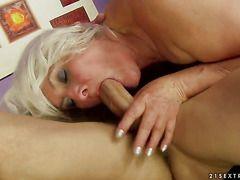 Порно зрелая два молодых видео