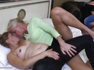 Порно зрелая учит