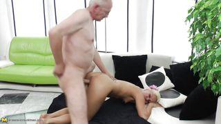 порно старик трахает молодую